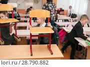 Купить «Первоклассник ставит стул на парту после окончания урока», фото № 28790882, снято 22 марта 2018 г. (c) Светлана Попова / Фотобанк Лори