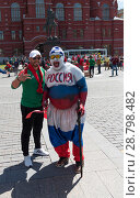 Купить «MOSCOW - JUNE 20, 2018: Soccer World Cup Fanatics of Morocco, Russia with flags with their typical costumes in the streets June 20, 2018 in Moscow, Russia», фото № 28798482, снято 20 июня 2018 г. (c) Фотограф / Фотобанк Лори