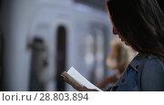 Купить «Subway car pulls up, the girl reads a book, slow motion», видеоролик № 28803894, снято 22 июля 2018 г. (c) Константин Шишкин / Фотобанк Лори