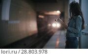 Купить «Girl reading a book on the edge of the platform, slow motion», видеоролик № 28803978, снято 22 июля 2018 г. (c) Константин Шишкин / Фотобанк Лори