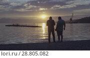 Купить «Люди гуляют по пляжу на фоне заката над Тихим океаном. Time lapse», видеоролик № 28805082, снято 10 июля 2018 г. (c) А. А. Пирагис / Фотобанк Лори