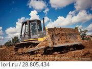 Купить «bulldozer earthmover working with clay or soil», фото № 28805434, снято 9 июля 2008 г. (c) Дмитрий Калиновский / Фотобанк Лори