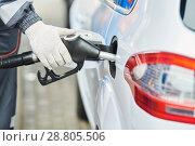 Купить «Fuelling diesel fuel into automobile at filling station», фото № 28805506, снято 17 апреля 2018 г. (c) Дмитрий Калиновский / Фотобанк Лори