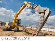 Купить «excavator crasher machine crushing pole wit jaws on construction site», фото № 28805518, снято 21 апреля 2018 г. (c) Дмитрий Калиновский / Фотобанк Лори