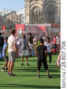 Купить «Москва, Красная площадь. В Парке футбола взрослые и дети из разных стран играют в футбол. FIFA, чемпионат мира 2018», фото № 28807706, снято 12 июля 2018 г. (c) Наталья Николаева / Фотобанк Лори