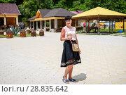 Купить «Абхазия. Симпатичная женщина с горшочком мёда в руке стоит на фоне пчелиной фермы», эксклюзивное фото № 28835642, снято 5 июня 2018 г. (c) Игорь Низов / Фотобанк Лори