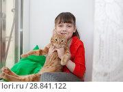 Купить «girl hugging with cat», фото № 28841122, снято 22 сентября 2018 г. (c) Дарья Филимонова / Фотобанк Лори