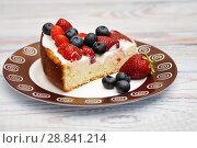 Купить «Кусочек бисквитного пирога с клубникой и голубикой», эксклюзивное фото № 28841214, снято 22 июня 2018 г. (c) Dmitry29 / Фотобанк Лори