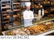 Купить «Professional baker is offering fresh tasty bun», фото № 28842562, снято 26 января 2017 г. (c) Яков Филимонов / Фотобанк Лори