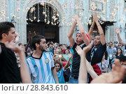 Купить «Французы в день финального футбольного матча Франция-Хорватия на Никольской в Москве», эксклюзивное фото № 28843610, снято 14 июля 2018 г. (c) Дмитрий Неумоин / Фотобанк Лори