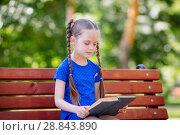 Купить «Маленькая девочка с книгой в парке на скамейке», фото № 28843890, снято 9 марта 2018 г. (c) Иван Карпов / Фотобанк Лори