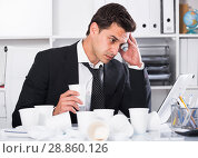 Купить «Tired man working in hot office», фото № 28860126, снято 20 апреля 2017 г. (c) Яков Филимонов / Фотобанк Лори