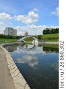 Купить «Пешеходный мост через протоку между прудами. Олимпийские пруды. Район Очаково-Матвеевское. Город Москва», эксклюзивное фото № 28860302, снято 30 мая 2016 г. (c) lana1501 / Фотобанк Лори