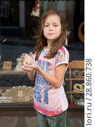 Купить «Девочка ест пряник», фото № 28860738, снято 1 августа 2017 г. (c) Марина Володько / Фотобанк Лори