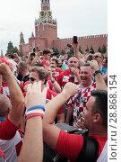 Купить «Хорваты поют песни на фоне Кремля в день финального футбольного матча Франция-Хорватия», эксклюзивное фото № 28868154, снято 15 июля 2018 г. (c) Дмитрий Неумоин / Фотобанк Лори