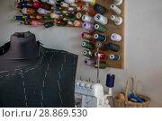 Купить «Манекен с выкройками костюма стоит в швейной мастерской», фото № 28869530, снято 1 августа 2018 г. (c) Николай Винокуров / Фотобанк Лори