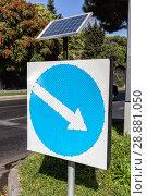 Купить «Дорожный знак и солнечная батарея. Указатель напраления движения», фото № 28881050, снято 26 сентября 2015 г. (c) Евгений Ткачёв / Фотобанк Лори