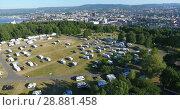 Вид сверху на Осло и кемпинг Ekeberg, заполненный автодомами и палатками. Раннее утро, Норвегия (2018 год). Стоковое видео, видеограф Кекяляйнен Андрей / Фотобанк Лори