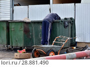 Купить «July 29, 2018. Krasnoyarsk. Russia. The man digs in trash cans.», фото № 28881490, снято 29 июля 2018 г. (c) Евгений Бусурманов / Фотобанк Лори