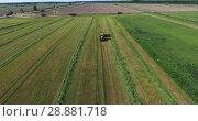 Купить «Трактор с пустым кузовом на поле во время сбора урожая. Вид сверху», видеоролик № 28881718, снято 21 июня 2018 г. (c) Кекяляйнен Андрей / Фотобанк Лори