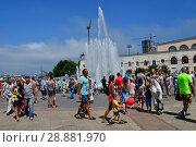 Купить «Горожане и гости Владивостока на Спортивной набережной в летний воскресный день гуляют рядом с фонтаном», фото № 28881970, снято 29 июля 2018 г. (c) Овчинникова Ирина / Фотобанк Лори