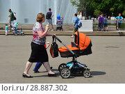 Купить «Прогулка с ребенком в коляске у фонтана в парке Горькогo в Москве», эксклюзивное фото № 28887302, снято 29 мая 2016 г. (c) lana1501 / Фотобанк Лори