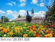 Купить «Тверь. Памятник Афанасию Никитину и цветы. Monument to Afanasiy Nikitin on the blooming embankment», фото № 28891026, снято 30 июля 2018 г. (c) Baturina Yuliya / Фотобанк Лори