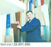 Купить «happy workman standing with plywood pieces», фото № 28891886, снято 12 ноября 2019 г. (c) Яков Филимонов / Фотобанк Лори
