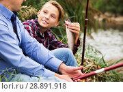 Купить «Fisher boy showing catch fish», фото № 28891918, снято 21 октября 2018 г. (c) Яков Филимонов / Фотобанк Лори