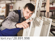 Купить «Professional labour with finished PVC profiles and windows at factory», фото № 28891998, снято 30 марта 2017 г. (c) Яков Филимонов / Фотобанк Лори