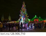 Купить «Рождественское дерево на зимнем фестивале Tollwood в Мюнхене в сумерках, Германия», фото № 28906710, снято 15 декабря 2017 г. (c) Михаил Марковский / Фотобанк Лори
