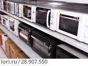 Купить «Image of assortment of a kitchen microwave at household appliances store», фото № 28907550, снято 1 марта 2018 г. (c) Яков Филимонов / Фотобанк Лори