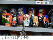 Купить «Продажа сувенирных деревянных матрешек. Проезд Воскресенские ворота. Город Москва», эксклюзивное фото № 28913446, снято 23 мая 2016 г. (c) lana1501 / Фотобанк Лори