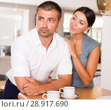 Купить «Girl apologizing to offended boyfriend», фото № 28917690, снято 17 июля 2018 г. (c) Яков Филимонов / Фотобанк Лори