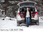 Купить «Женщина в норковой шубе сидит в багажнике автомобиля под открытой задней дверью, зимний лес», фото № 28937786, снято 21 января 2018 г. (c) Кекяляйнен Андрей / Фотобанк Лори