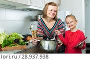 Купить «girl and mom with pot», фото № 28937938, снято 14 августа 2018 г. (c) Яков Филимонов / Фотобанк Лори