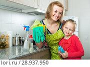 Купить «Little girl and mom tidy up at kitchen», фото № 28937950, снято 14 августа 2018 г. (c) Яков Филимонов / Фотобанк Лори