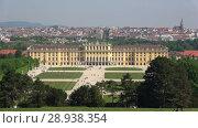 Купить «Вид на дворец Шёнбрунн в городском пейзаже. Вена, Австрия», видеоролик № 28938354, снято 28 апреля 2018 г. (c) Виктор Карасев / Фотобанк Лори
