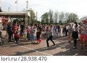 Купить «Соревнование по метанию мобильников среди девушек», фото № 28938470, снято 1 мая 2018 г. (c) Марина Шатерова / Фотобанк Лори