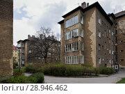 Berlin, Germany, Unsanierte housing development in the Grellstrasse in Berlin-Prenzlauer Berg (2016 год). Редакционное фото, агентство Caro Photoagency / Фотобанк Лори