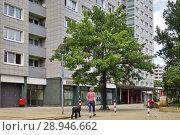 Купить «Berlin, Germany, prefabricated building in the Karl-Lade-Strasse in Berlin-Fennpfuhl», фото № 28946662, снято 19 июня 2016 г. (c) Caro Photoagency / Фотобанк Лори