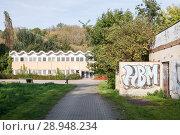 Купить «Berlin, Germany, closed school building at the Glambecker Ring in Berlin-Marzahn», фото № 28948234, снято 30 сентября 2017 г. (c) Caro Photoagency / Фотобанк Лори