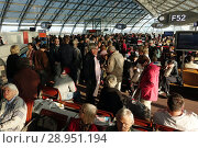 Paris, France, people in a concourse of Charles de Gaulle airport (2017 год). Редакционное фото, агентство Caro Photoagency / Фотобанк Лори