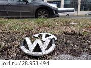Купить «Berlin, Germany, broken grill grille emblem of a Volkswagen lies on the green strip of a street», фото № 28953494, снято 18 февраля 2018 г. (c) Caro Photoagency / Фотобанк Лори