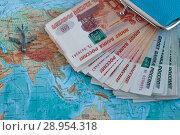 Купить «Географическая карта и дениги», фото № 28954318, снято 31 марта 2018 г. (c) Анна Стасюк / Фотобанк Лори