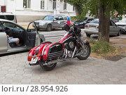 Мотоцикл Кавасаки Вулкан 1500 классик турист припаркованный на тротуаре в городе Евпатории, Крым (2018 год). Редакционное фото, фотограф Николай Мухорин / Фотобанк Лори