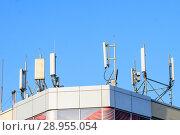 Купить «Антенны базовой станции оператора сотовой связи на крыше здания», фото № 28955054, снято 14 августа 2018 г. (c) Алексей Букреев / Фотобанк Лори