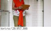 Купить «Crop mother holding baby in sling working on tablet», видеоролик № 28957386, снято 15 августа 2018 г. (c) Ekaterina Demidova / Фотобанк Лори