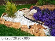 Купить «Garden Design. Flowerbed in the yard in landscape design», фото № 28957890, снято 30 июля 2018 г. (c) Евгений Глазунов / Фотобанк Лори