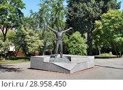 Купить «Город Калуга, памятник Юрию Гагарину в честь 50-летия первого полёта в космос», эксклюзивное фото № 28958450, снято 11 августа 2018 г. (c) Dmitry29 / Фотобанк Лори